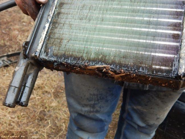 Старый радиатор отопителя из автомобиля ВАЗ-2110, видны следы подтекания антифриза