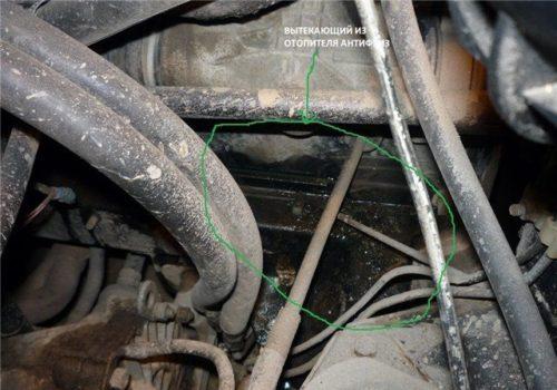 Подтекание тосола из неисправного радиатора отопителя в моторном отсеке автомобиля ВАЗ-2110