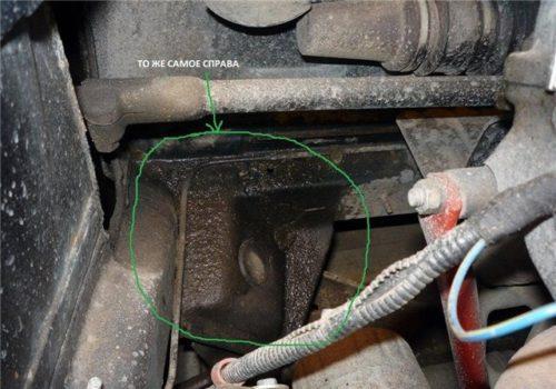 Следы подтекания тосола из радиатора печки на кузове автомобиля ВАЗ-2110 в моторном отсеке