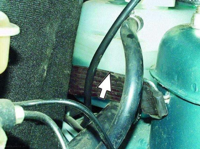 Уровень охлаждающей жидкости в расширительном бачке автомобиля ВАЗ-2110
