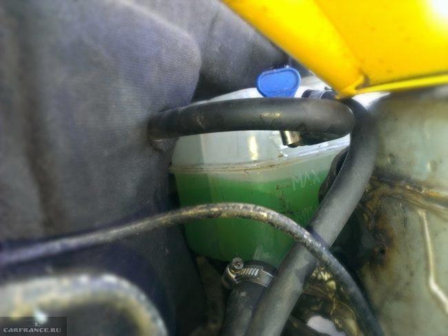 Расширительный бачок системы охлаждения в автомобиле ВАЗ-2110, уровень тосола ближе к максимальной лтметке