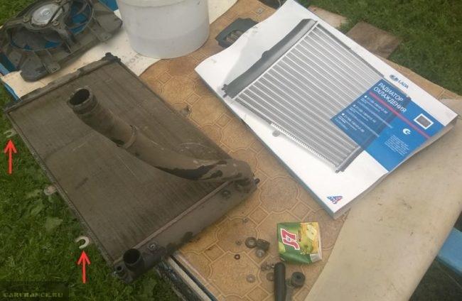 Два радиатора охлаждения двигателя для ВАЗ-2110: старый с крепежными ушками и новый алюминиевый без крепежа