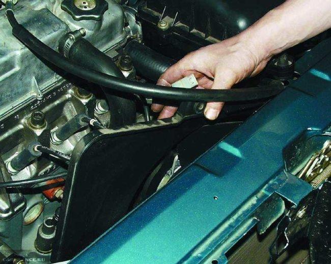Вентилятор радиатора в сборе с кожухом, снятие с радиатора охлаждения в ВАЗ-2110
