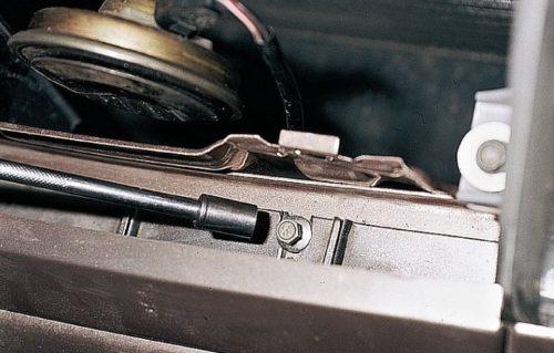 Винт крепления бампера к панели передка в автомобиле ВАЗ-2110 и торцевая головка на 10