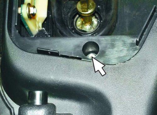 Верхний винт крепления тоннеля в салоне автомобиля ВАЗ-2110