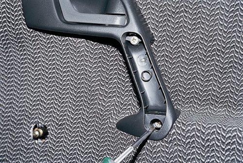 Винты крепления ручки двери автомобиля ВАЗ-2110, выкручивание крестообразной отверткой