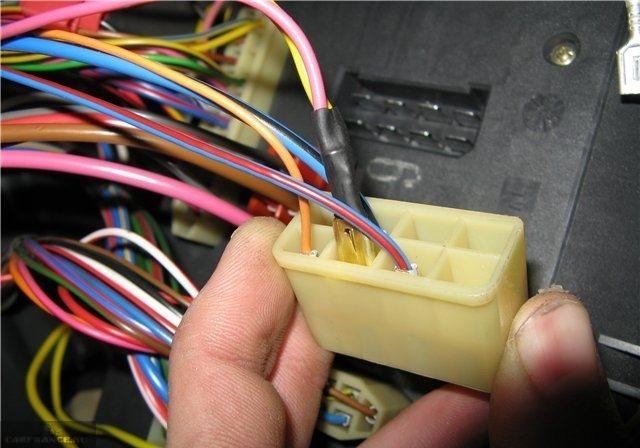 Соединительный разъем Ш1 монтажного блока автомобиля ВАЗ-2110, дополнительные провода для подключения ПТФ