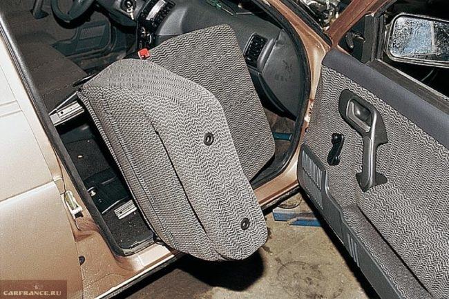 Переднее кресло автомобиля ВАЗ-2110, вынимаем сидение через проем двери