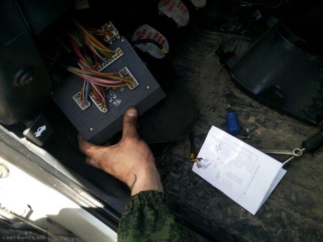 Монтажный блок предохранителей и реле автомобиля ВАЗ-2110, вид на соединительные колодки