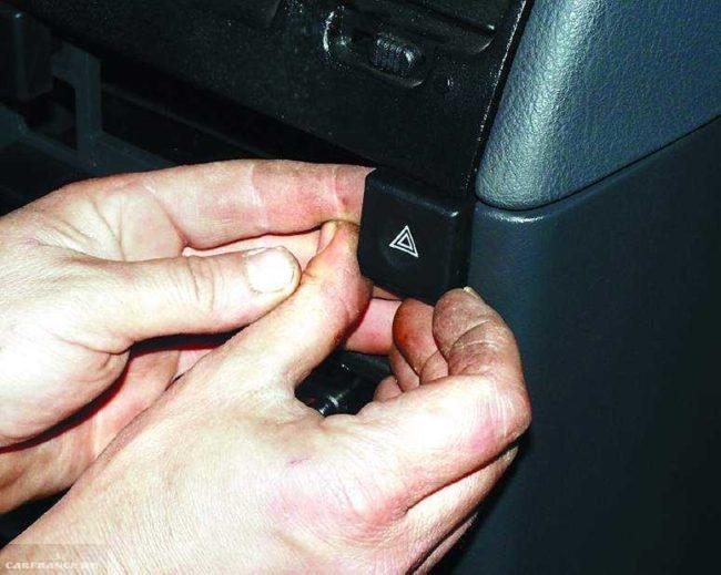Снятие кнопки включения аварийной сигнализации с панели передней консоли в ВАЗ-2110