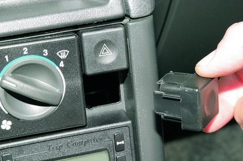 Снятие заглушки под кнопкой аварийки на центральной консоли автомобиля ВАЗ-2110