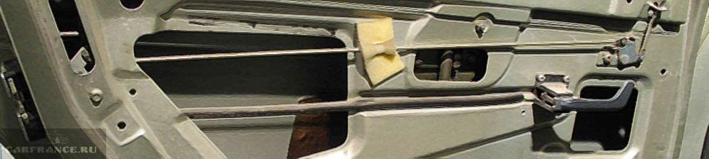 Задняя дверь со снятой обшивкой на ВАЗ-2110