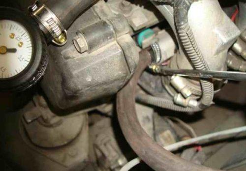 Подсоединение шланга топливного манометра к штуцеру рампы двигателя ВАЗ-2110