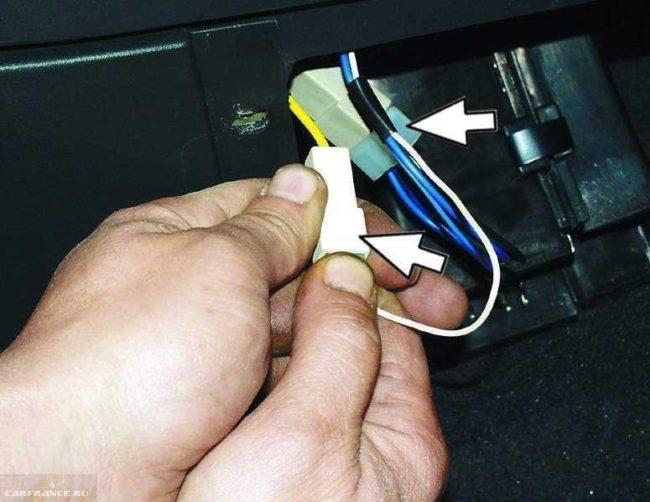 Соединительные колодки проводов прикуривателя в салоне автомобиля ВАЗ-2110
