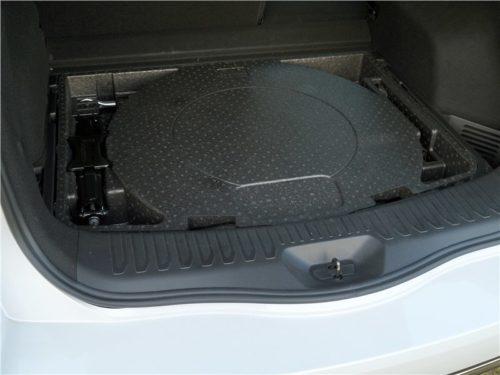 Местрорасположение запасного колеса в багажнике кроссовера Рено Колеос 2018 года
