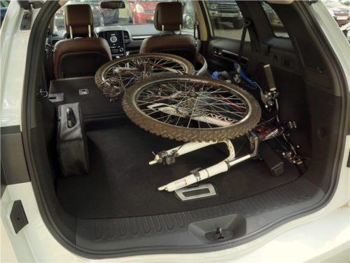 Взрослый велосипед в багажном отделении Рено Колеос 2018 модельного года