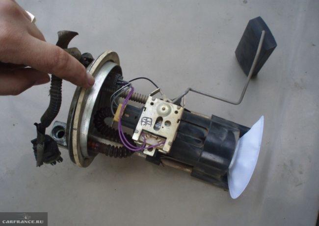 Бензонасос ВАЗ-2110 в разобранном состоянии из бензобака
