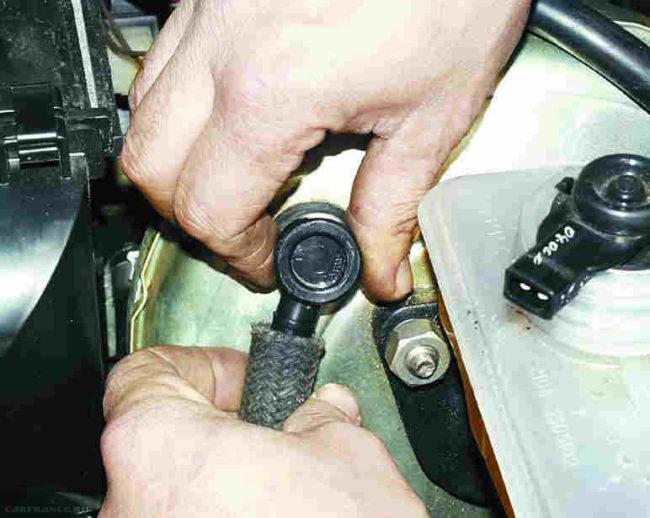 Демонтируем шланг клапана ВАЗ-2110