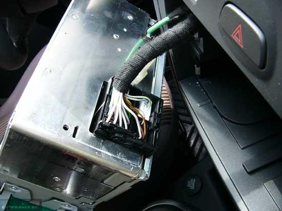 Штатная магнитола Форд Фьюжн вытащенная из посадочного места вид сзади видны фишки управления
