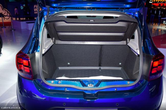 Багажное отделение автомобиля Рено Сандеро Степвей нового 2018 года выпуска, вид с поднятой задней дверью