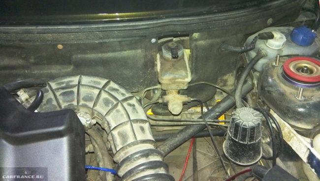 Вакуумный усилитель снят ВАЗ-2110 подкапотка