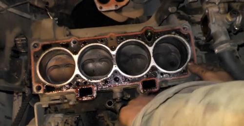 Прогоревшая прокладка на блоке цилиндров двигателя ВАЗ-2110