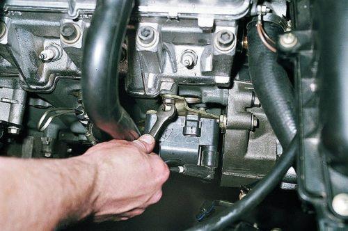 Крепления модуля зажигания к блоку цилиндров в автомобиле ВАЗ-2110