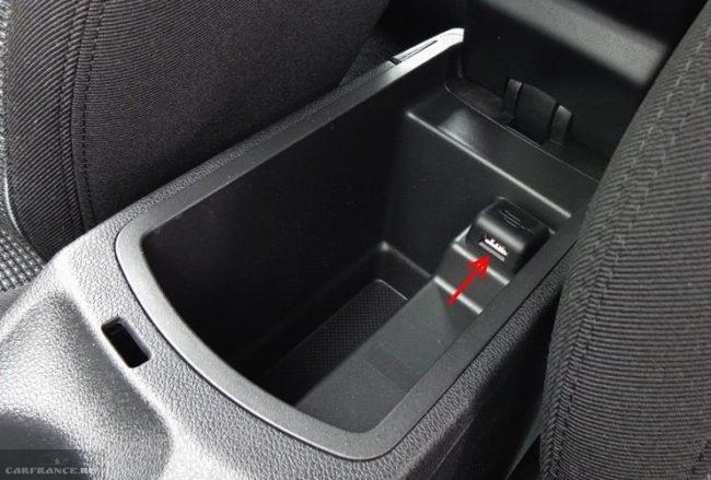 Гнездо USB-разъема и ниша для смартфона в центральном подлокотнике автомобиля Пежо 408 2018 года