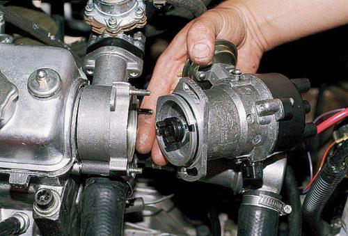 Снятие датчика-распределителя карбюраторного двигателя в ВАЗ-2110
