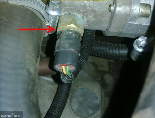 Датчик температуры охлаждающей жидкости в двигателе автомобиля ВАЗ-2110