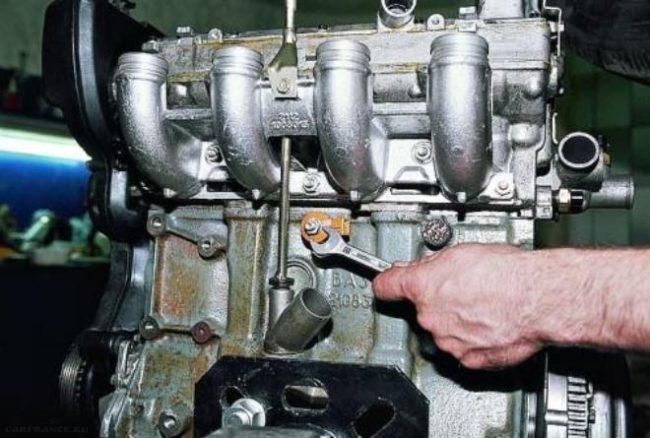 Демонтаж датчика детонации ВАЗ-2110 с двигателя