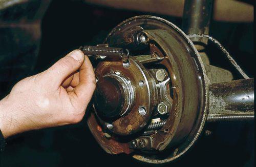 Демонтаж стяжной пружины колодки ВАЗ-2110