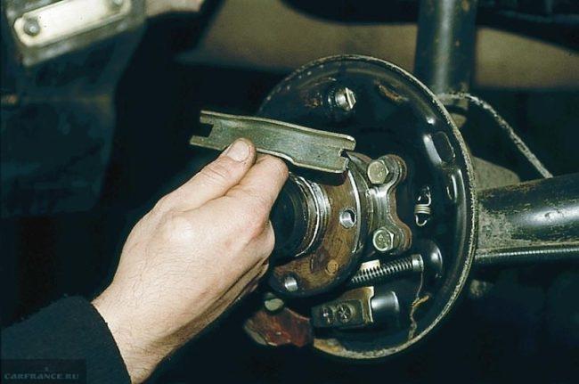 Демонтаж разжимной планки колодок заднего колеса ВАЗ-2110