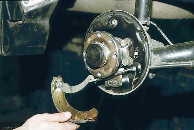 Отсоединение привода ручника ВАЗ-2110 от троса