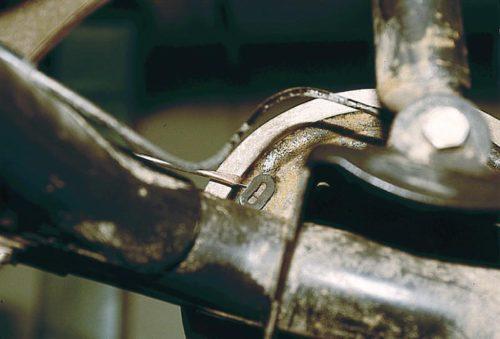 Демонтаж заглушки из смотрового окна тормозного барабана ВАЗ-2110