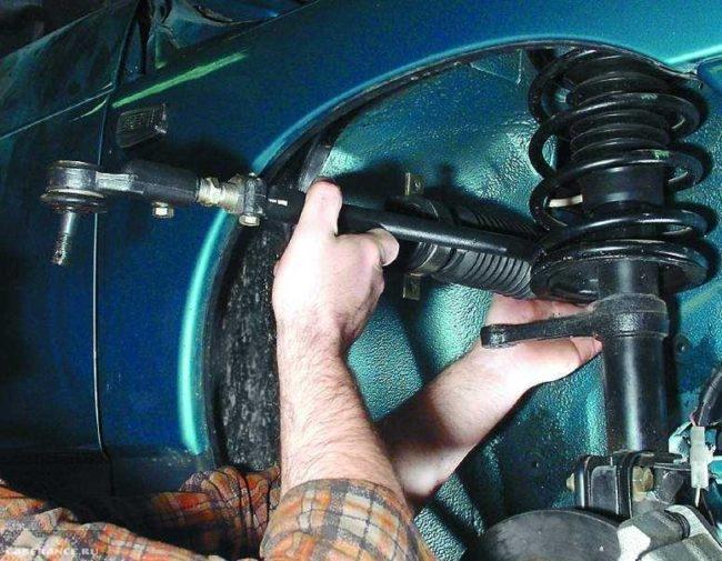 Снятие рулевой рейки в сборе с тягами через нишу колеса в ВАЗ-2110