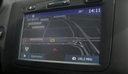 Дисплей навигатора внутри автомобиля Рено Дастер 2018 года производства