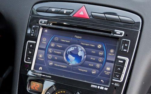 7-дюймовый сенсорный дисплей на центральной консоли в Пежо 408 2018 года выпуска
