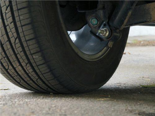 Заднее колесо и крепление амортизатора кроссовера Рено Колеос 2018 года, вид снизу