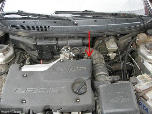 Моторный отсек автомобиля ВАЗ-2110 с поднятым капотом, стрелкой показано месторасположение датчика скорости