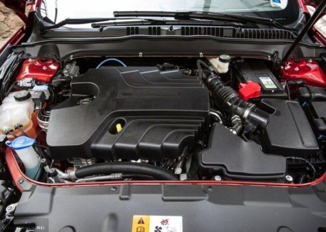 Моторный отсек с поднятым капотом в Форд Мондео 2018 модельного года