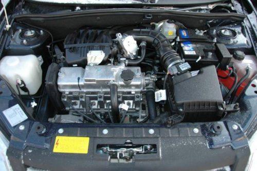 8-клапанный автовазовский двигатель в моторном отсеке Лада Гранта 2018