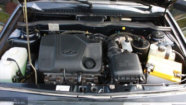 Модифицированный двигатель с облегченной поршневой группой под открытым капотом в Лада Гранта 2018 модельного года