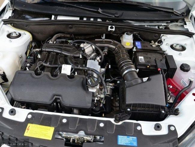 Модернизированный приоровский двигатель под капотом автомобиля Лада Гранта 2018