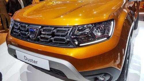 Решетка радиатора и головные фары на автомобиле Рено Дастер 2018 модельного года