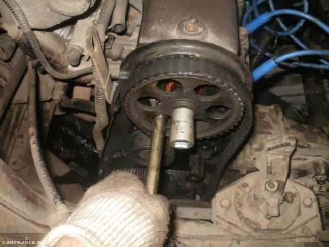 Фиксация зубчатого шкива распределительного вала железным штырем в двигателе ВАЗ-2110
