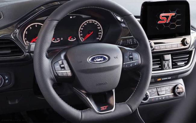 Рулевое колесо с кнопками управления и передняя панель в Форд Фиеста 2018 модельного года