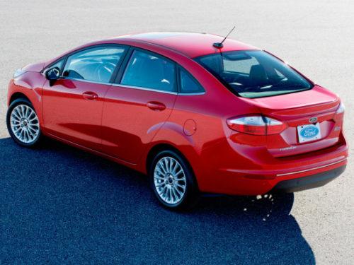 Вид сзади автомобиля Форд Фиеста 2018 модельного года в кузове седан