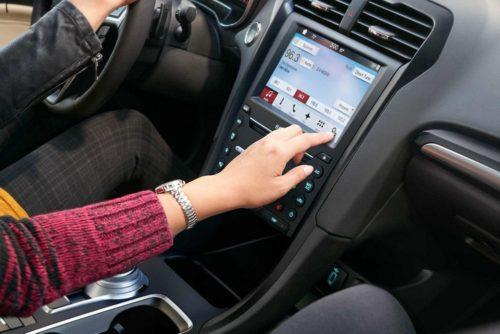 Сенсорный дисплей бортового компьютера на центральной консоли автомобиля Форд Мондео 2018 года