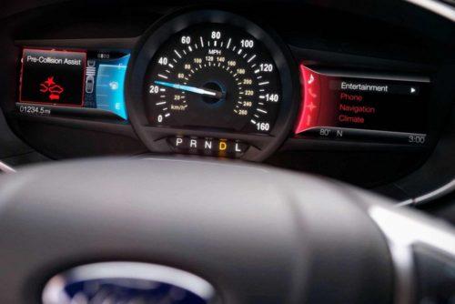 Приборная панель обновленного седана Форд Мондео 2018 модельного года